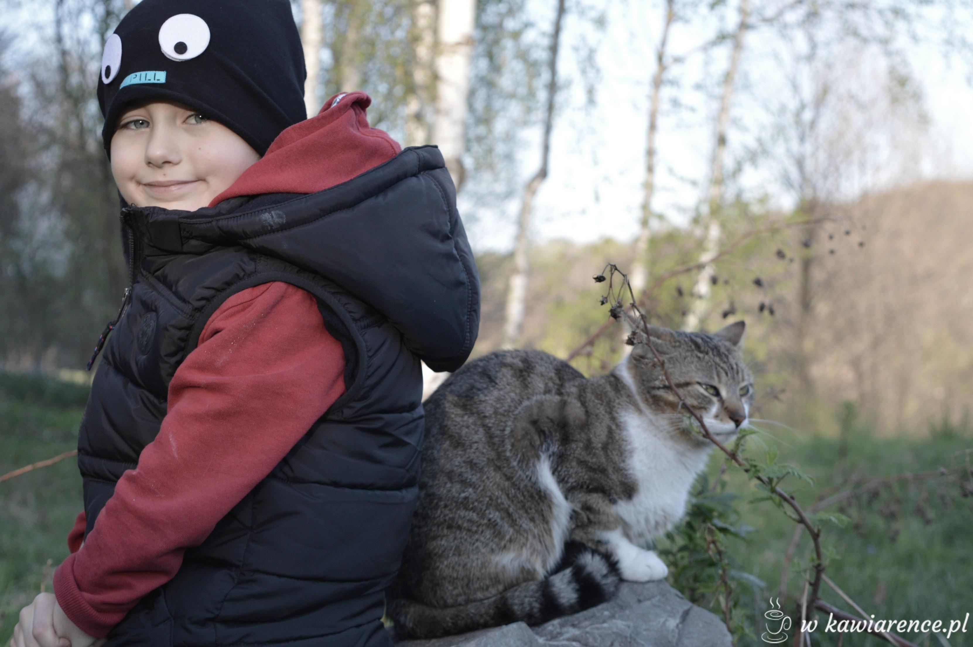 przyjaźń dziecka z kotem