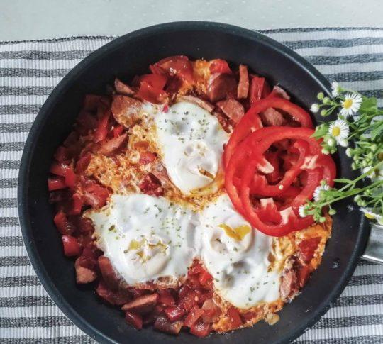jajka z pomidorami na śniadanie SZAKSZUKA