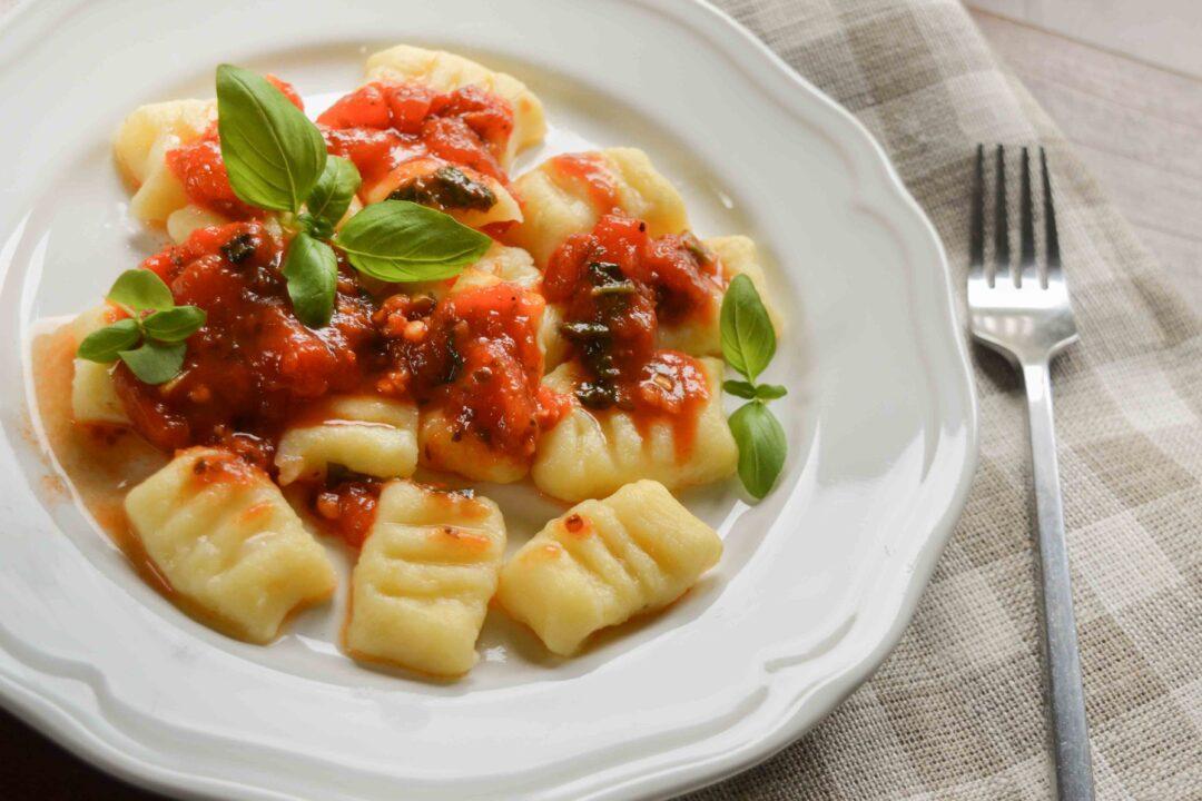Paluszki ziemniaczane z sosem ziołowo pomidorowym