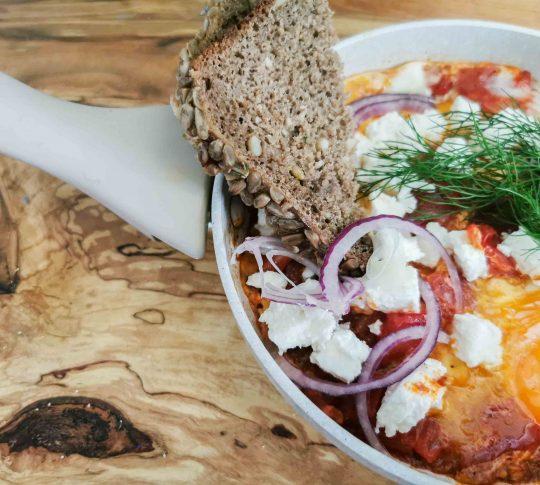 szakszuka z serem feta - najlepsze śniadanie z jajek, które zaspokaja głód - ciekawe śniadanie z jajkami